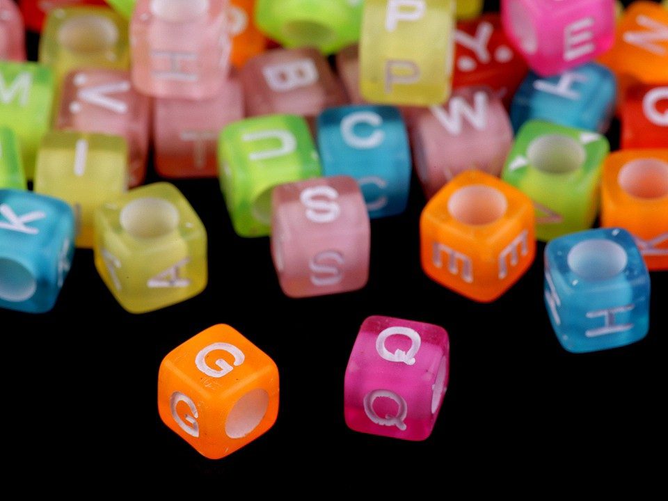 Plastové korálky s písmeny a čísly kostka 6 mm, barva 2 mix barev písmena