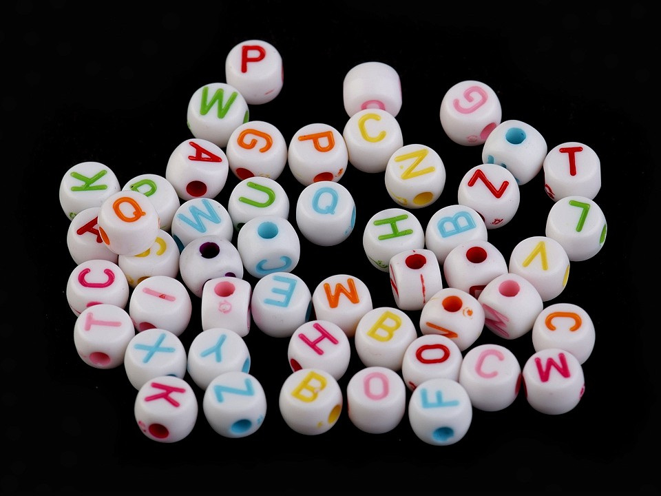 Plastové korálky s písmeny placička Ø7 mm, barva mix barev